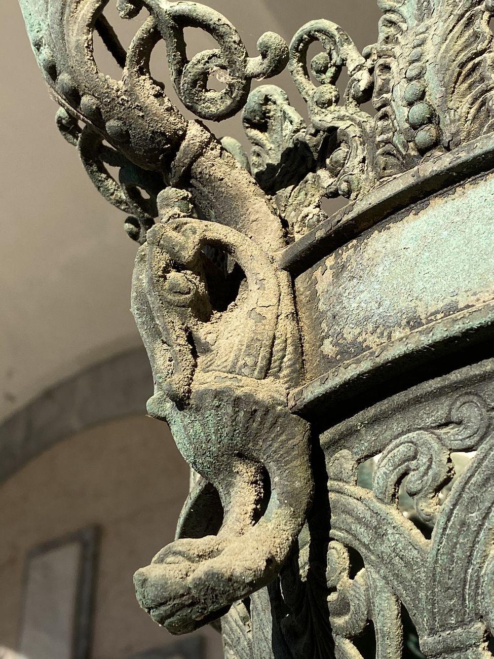 Danni dettati dal tempo su un decoro in bronzo