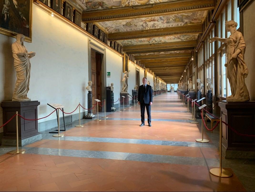 Il direttore Eike Schmidt nel Corridoio Vasariano di Gallerie degli Uffizi