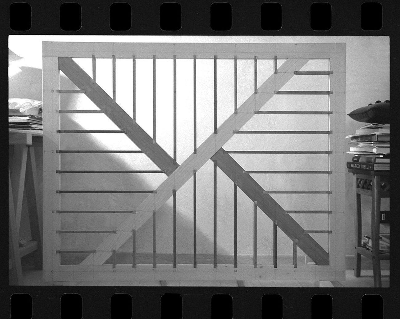 """La struttura """"dietro"""" un'opera Enrico Castellani. Photo © Sabina Scapin, 2006. Courtesy Archivio Scapin, Viterbo"""