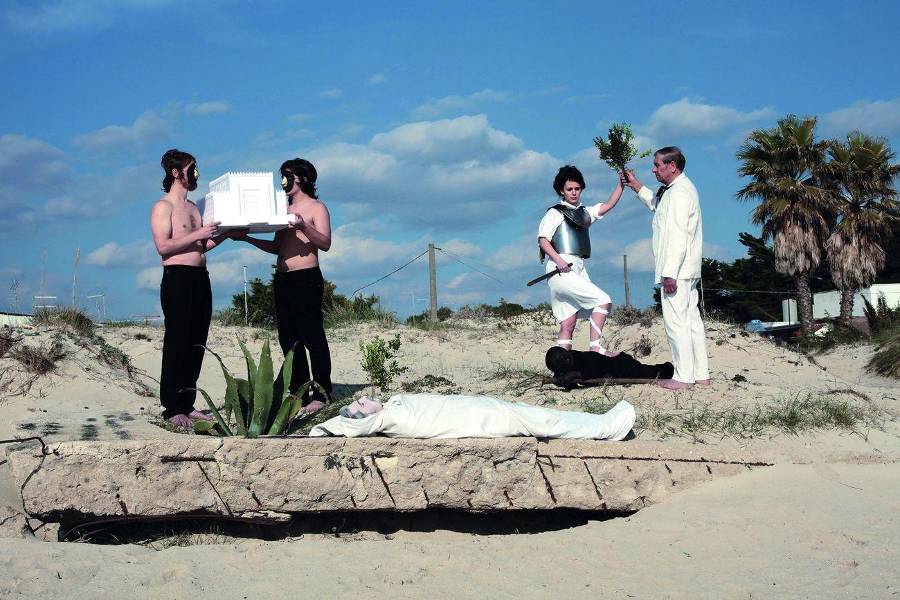 Luigi Presicce, La sepoltura di Adamo, 2012, performance per un gabbiano morto, litoranea Porto Cesareo, photo Francesco G. Raganato