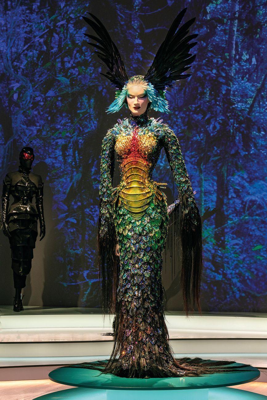 """Outfit Thierry Mugler, Collezione La Chimère, Abito """"La Chimère"""", Alta moda Autunno Inverno 1997 1998. Photo Michael Naumann – Tiefenpixel © Kunsthalle München"""