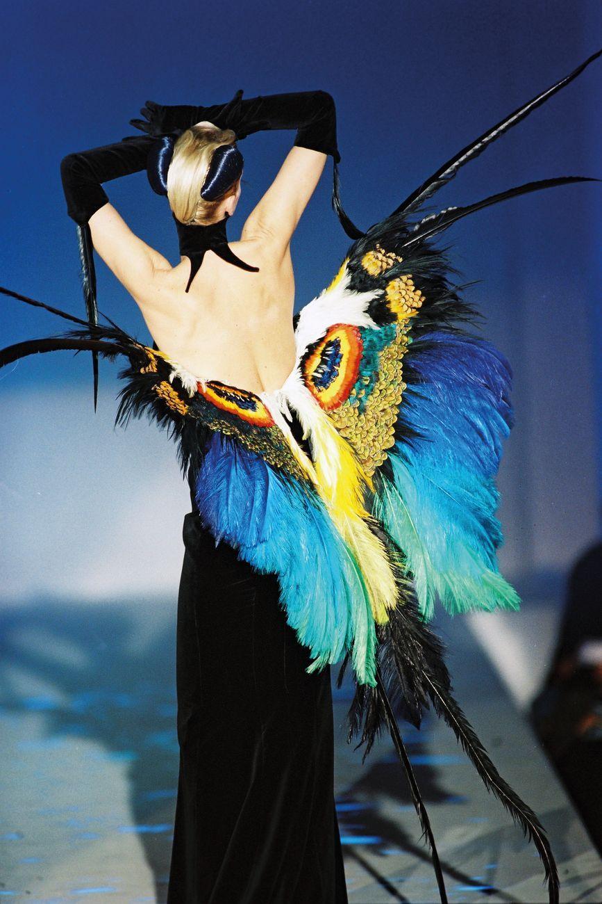 Outfit Thierry Mugler, Collezione Les Insectes, Alta moda Primavera Estate 1997. Photo © Patrice Stable