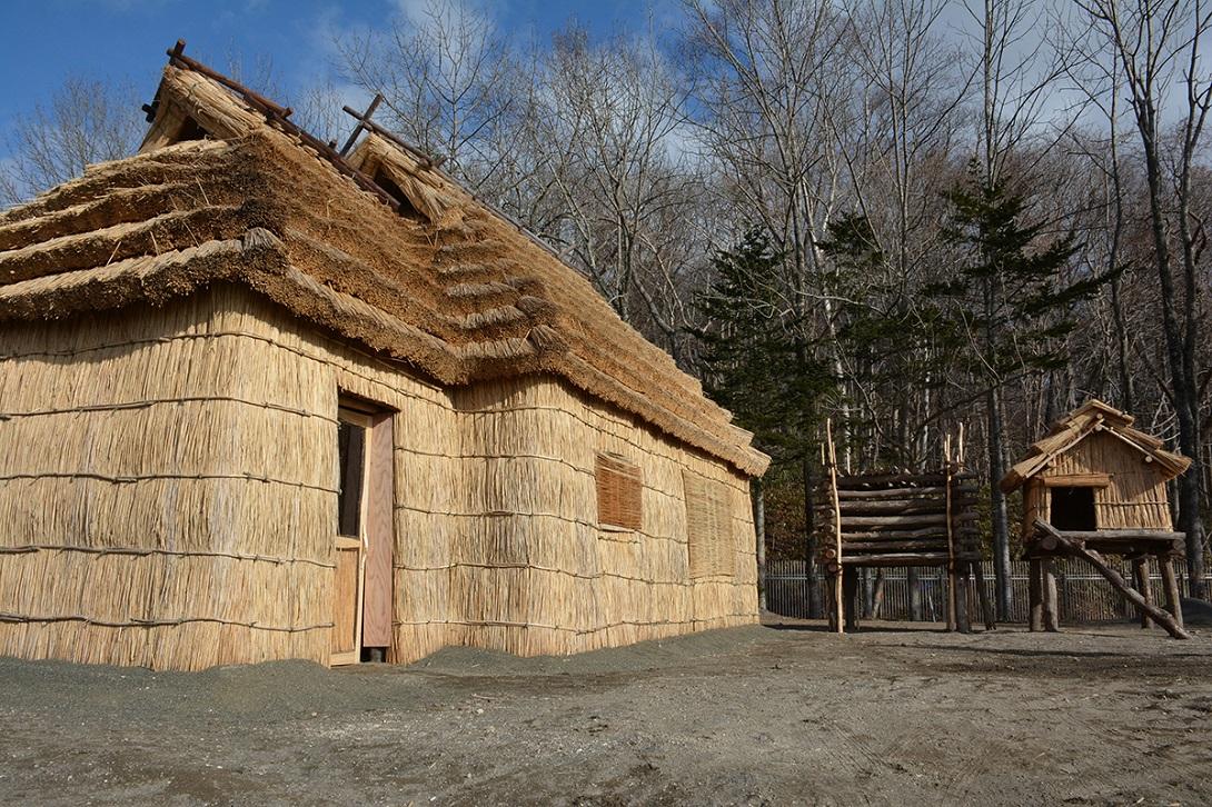 Uno scorcio di un antico villaggio Ainu ricostruito