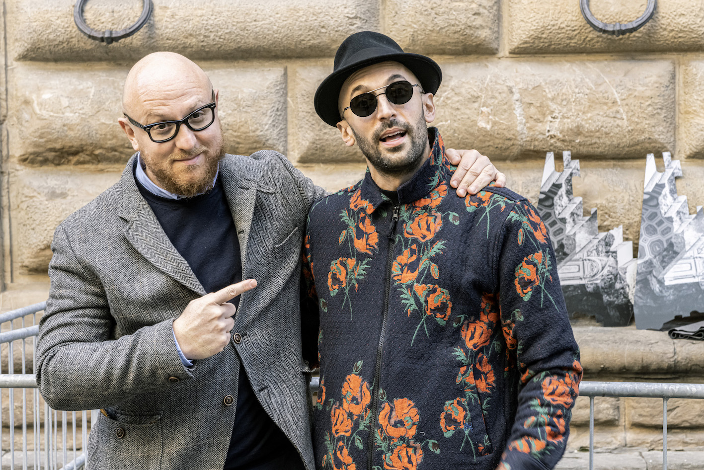 Arturo Galansino e JR davanti a Palazzo Strozzi. Photo Ela Bialkowska, OKNOstudio