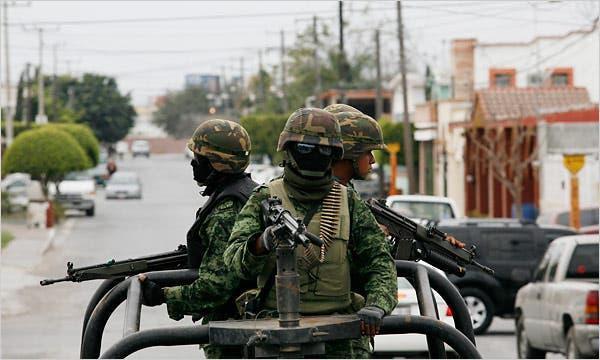 Militari messicani in pattugliamento anti-narcos a Reynosa