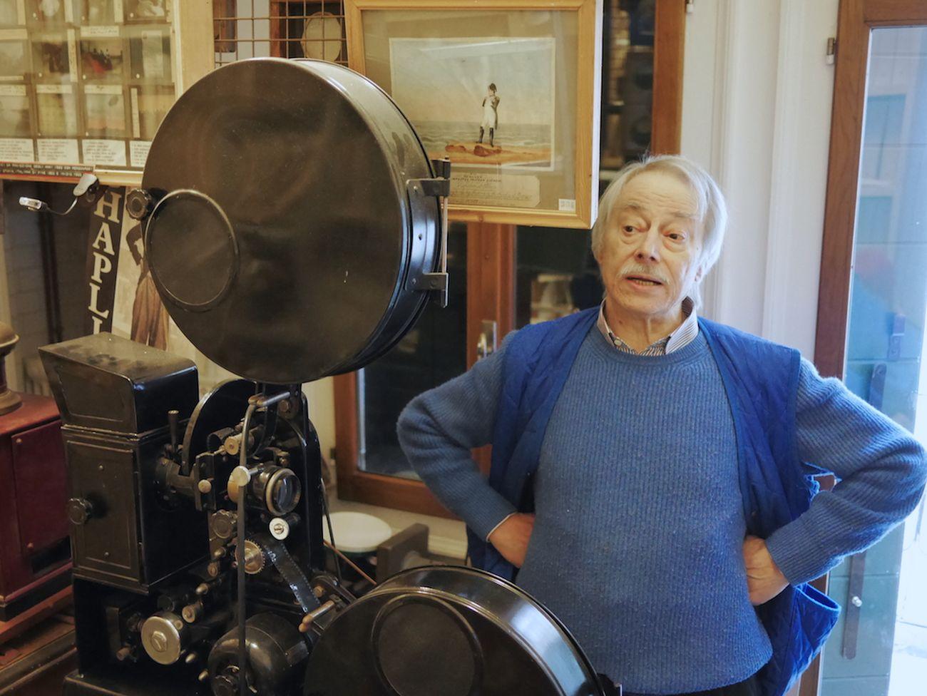 Carlo Montanaro in Fabbrica con un proiettore Balilla degli anni '30
