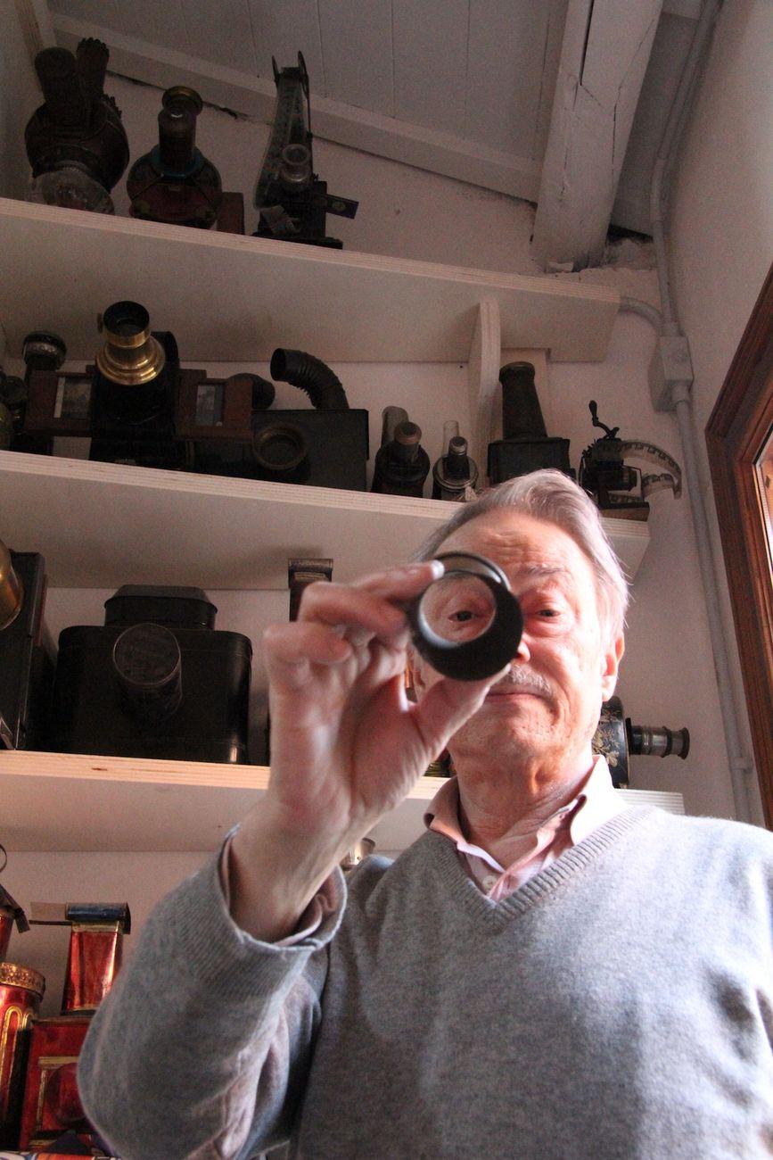 Carlo Montanaro in Fabbrica davanti alle Lanterne Magiche