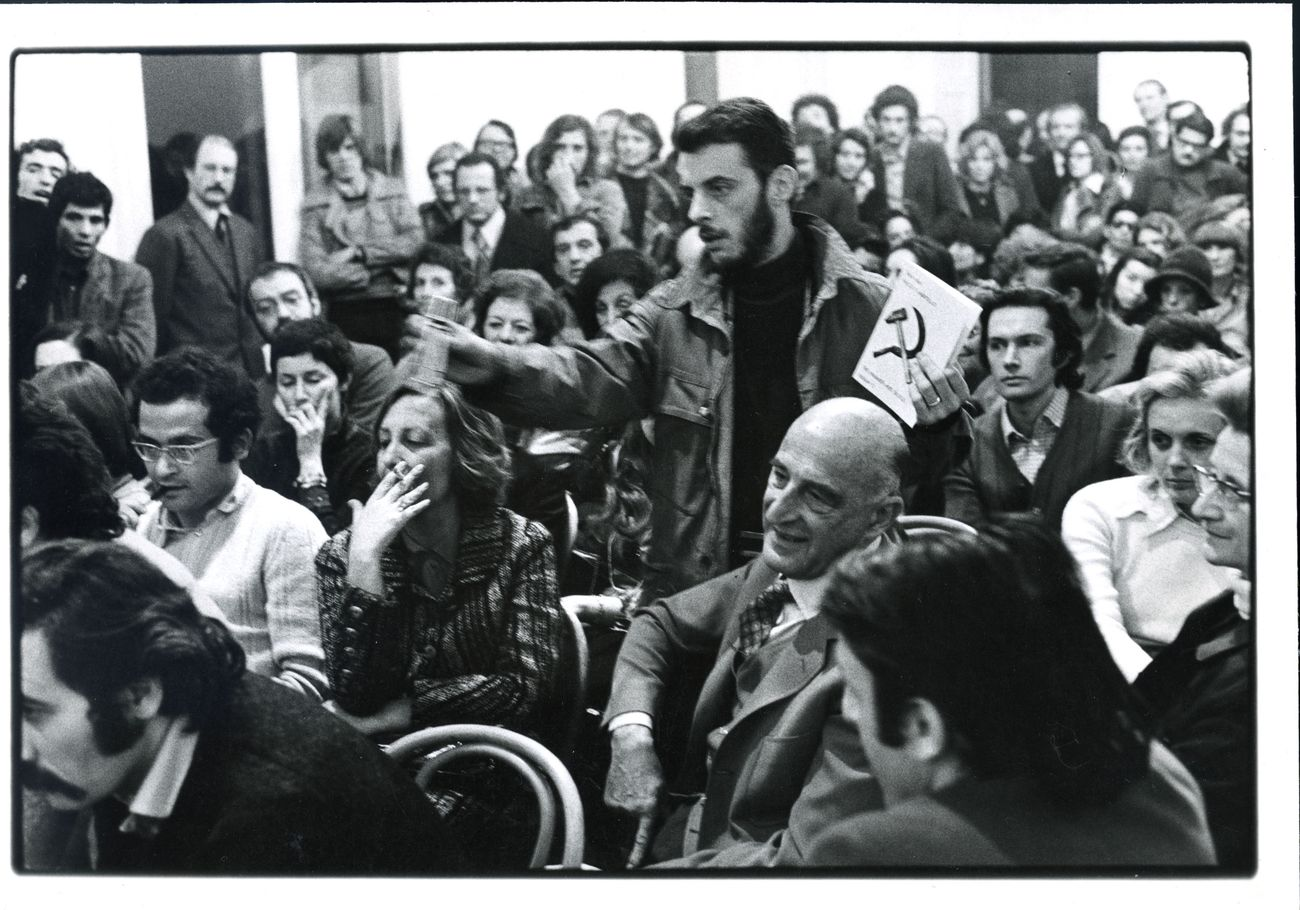 Enzo Mari. Falce e martello. Domande del pubblico, serata dell'inaugurazione, 9 aprile 1973, Galleria Milano. Photo di Arno Hammacher. Courtesy Galleria Milano, Milano
