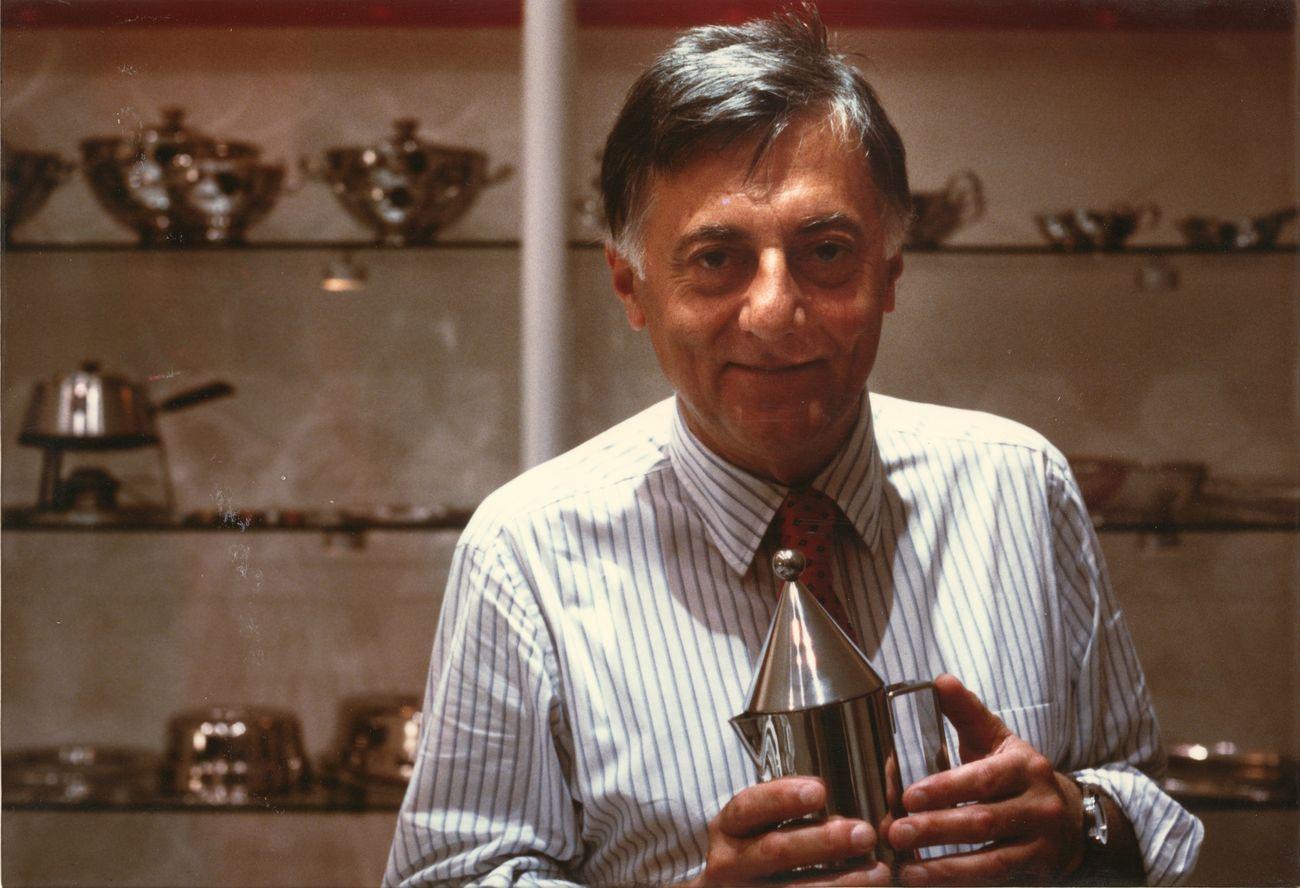 Aldo Rossi fotografato con la caffettiera La conica, disegnata per Alessi, s.d. Collezione MAXXI Architettura. Archivio Aldo Rossi