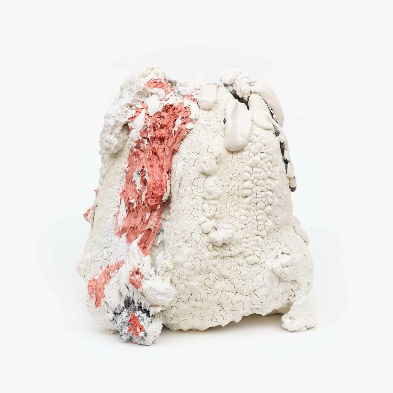 Brian Rochefort, White Dwarf, 2020, ceramica, smalto, frammenti di vetro, 55.8 × 53.4 × 50.8 cm. Courtesy Massimo De Carlo
