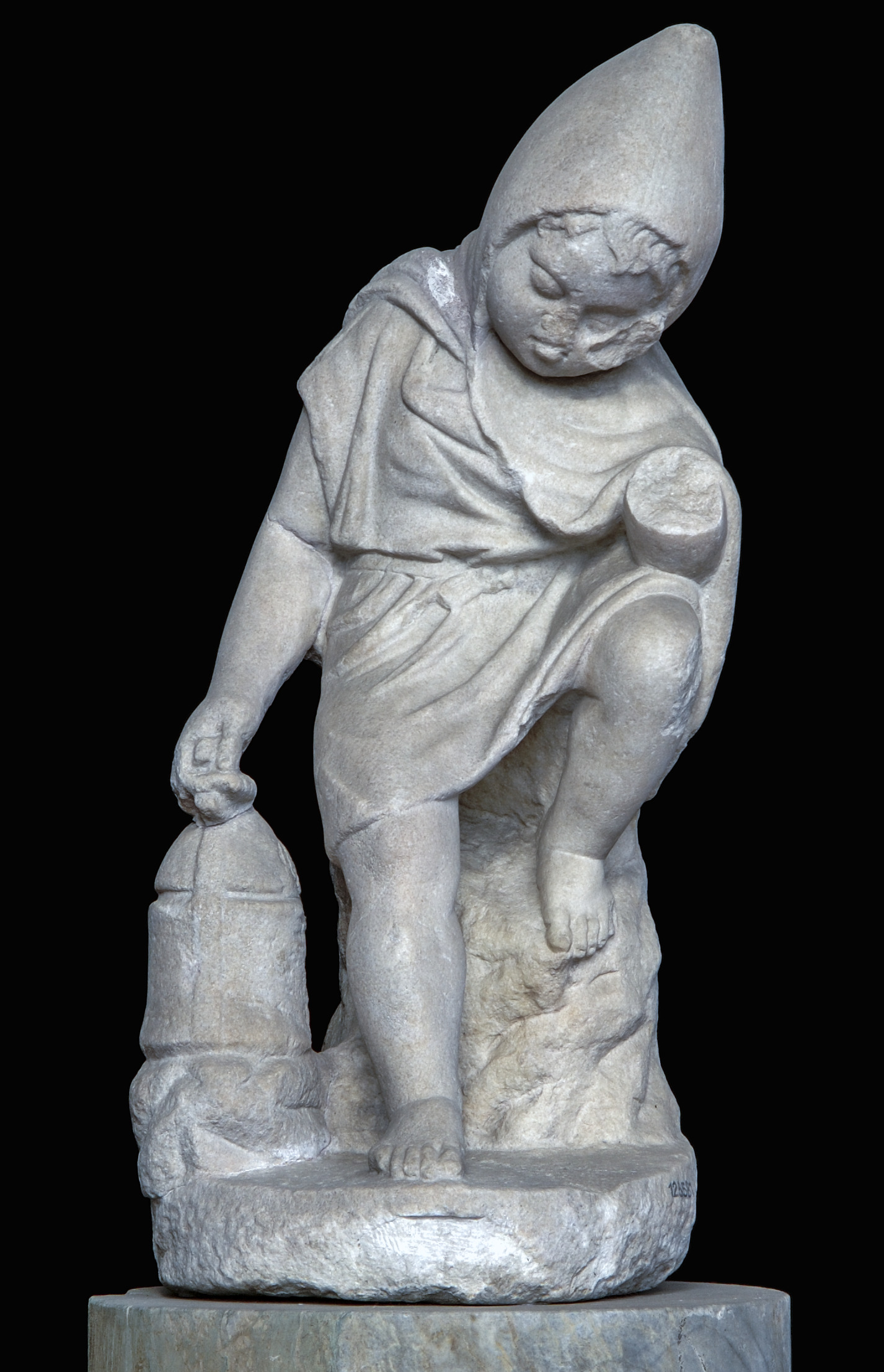 Marble statue of a lanternarius or lantern-bearer, found in Italy, 1st–2nd century AD. With permission of the Ministero della Cultura ̶ Museo Nazionale Romano.
