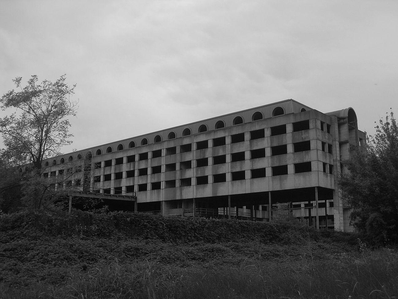 L'albergo incompiuto e ora abbattuto a Milano, quartiere Ponte Lambro