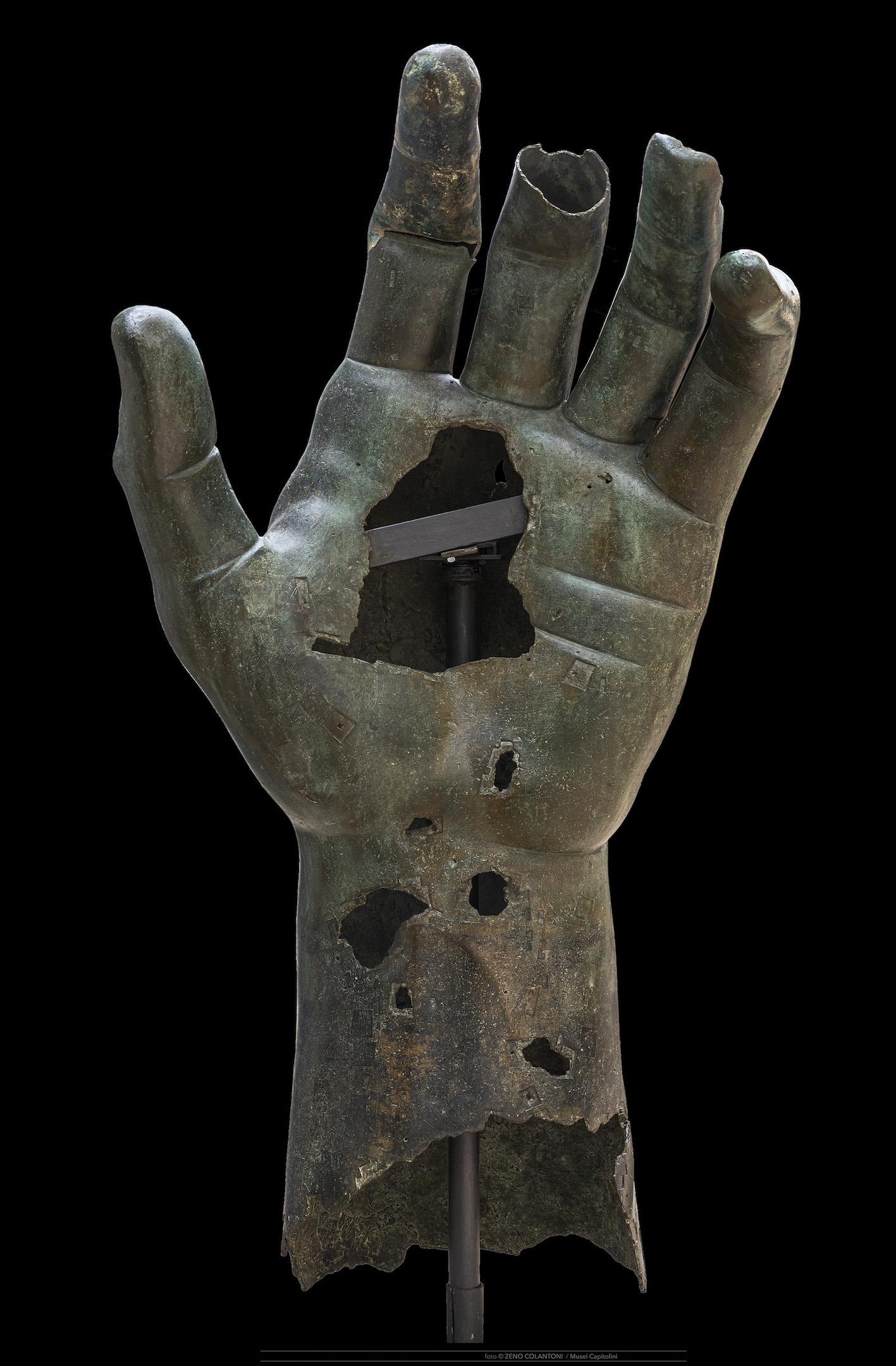 ManodelColosso bronzeo di Costantino ©Musei Capitolini, foto di Zeno Colantoni