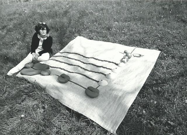 Clemen Parrocchetti accanto ad uno dei suoi arazzi, 1978, Castello di Borgo Adorno (Cantalupo Ligure, AL)