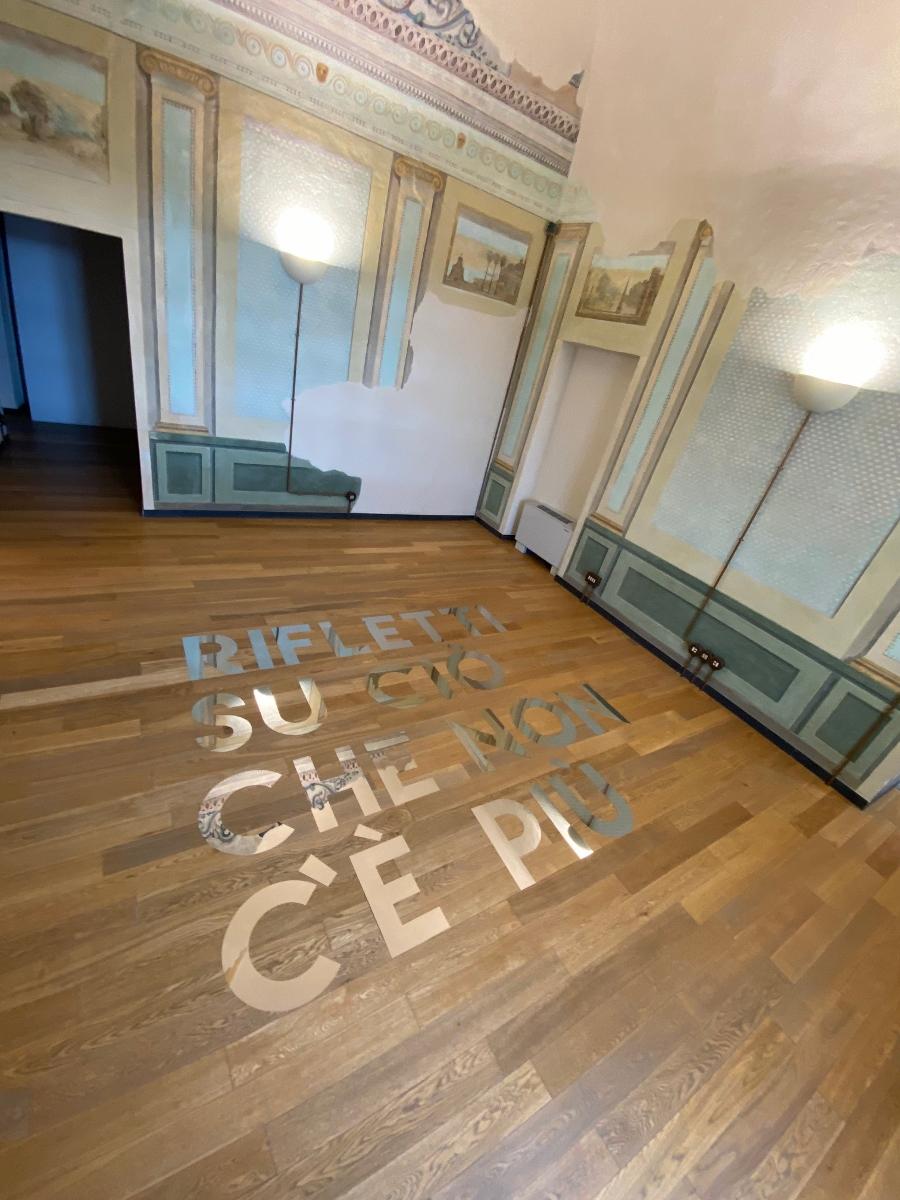 Daniele Sigalot, Quando il soffitto scoprì di non essere più lì, Acciaio lucido, 2021, Ph Credits Giovanna Gilio
