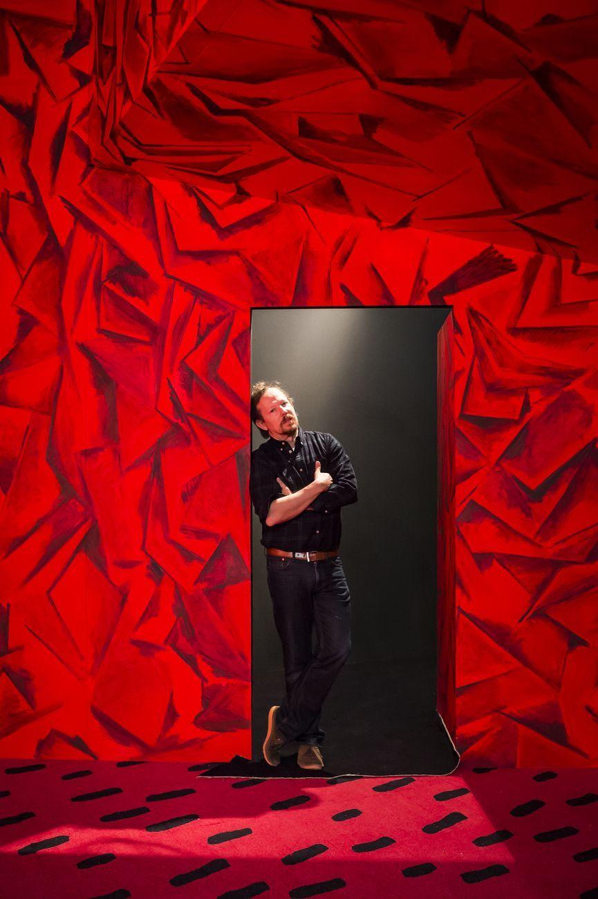 Guillermo Kuitca durante l'installazione della mostra Les Habitants, Fondation Cartier pour l'art contemporain, Parigi 2014. Photo © Olivier Ouadah