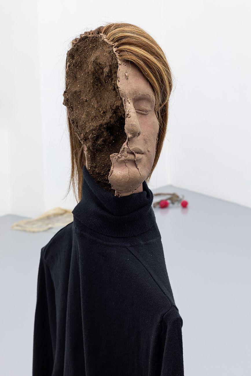 Luca Francesconi, Infertilità, 2021, dettaglio, bronzo, alluminio, vestiti, capelli umani. Photo Danilo Donzelli