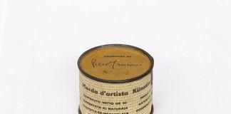 Merda d'artista n. 63, maggio 1961, scatoletta di latta, carta stampata, 4,8 × ∅ 6 cm. Photo Agostino Osio © Fondazione Piero Manzoni, Milano