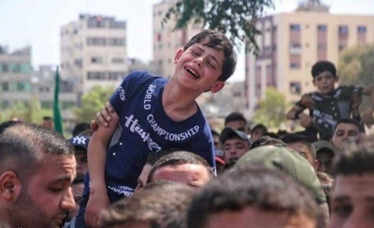 Un bambino palestinese piange la morte di suo padre, 2021