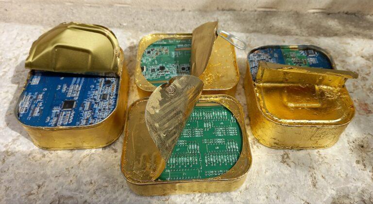 Alfonso Leto, Risorsa (opera multipla) combine (cip integrato in scatoletta di sgombro e applicazioni oro zecchino), cm. 10x12x9,5 ca. 2021