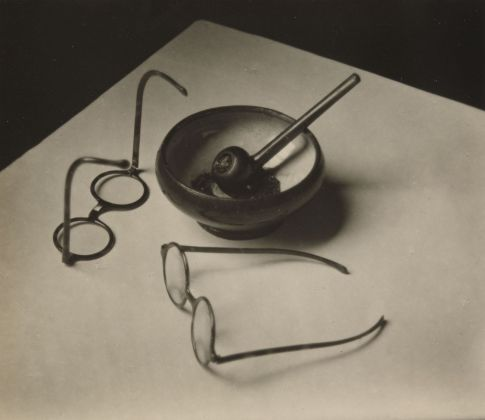 André Kertész, Mondrian's Glasses and Pipe, 1926. The Museum of Modern Art, New York. Thomas Walther Collection © Estate of André Kertész. Digital Image © 2021 The Museum of Modern Art, New York - Scala, Florence
