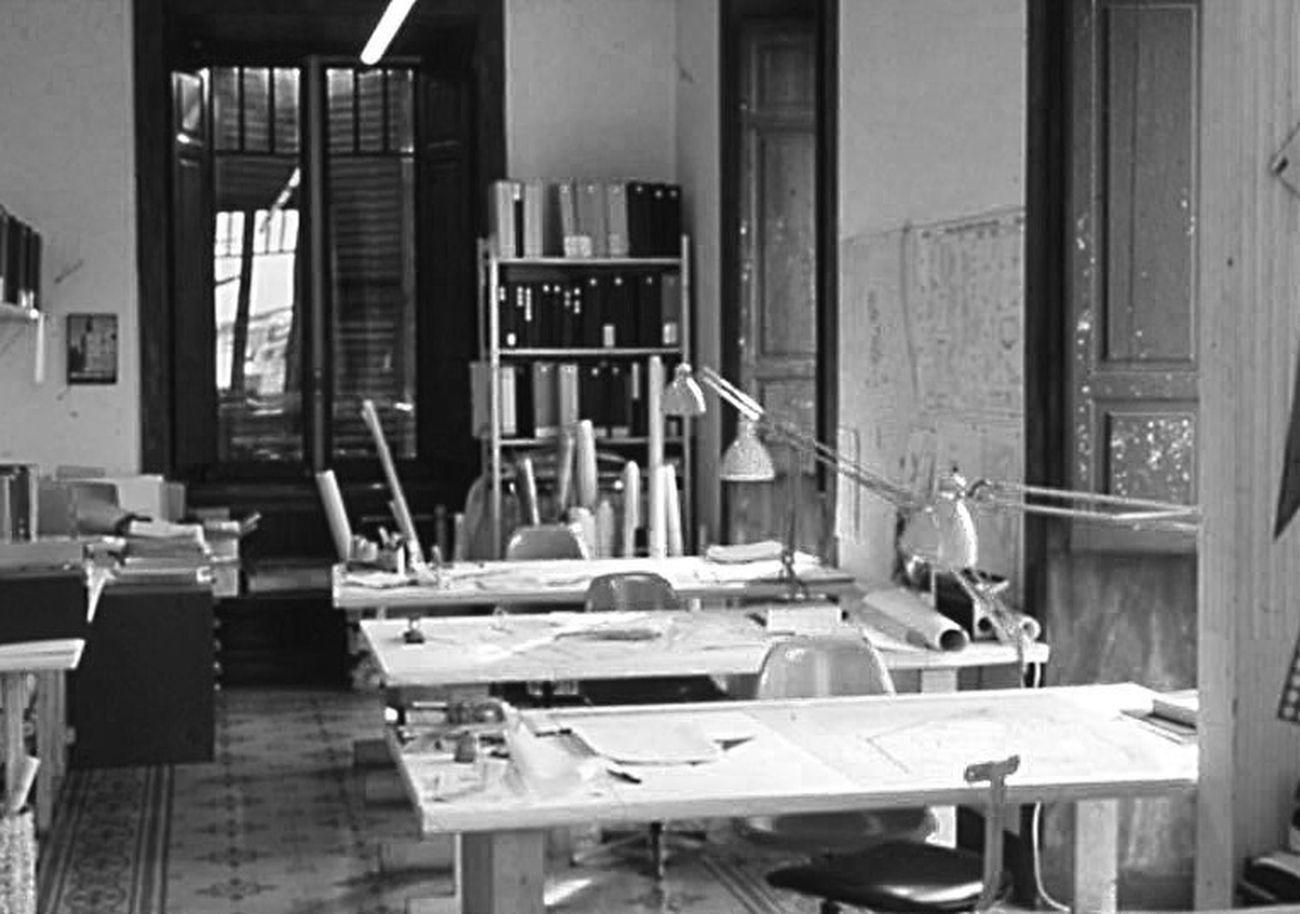 Carlo Melograni ‒ Progettare per chi va in tram. Il mestiere dell'architetto (Quodlibet, Macerata 2020). Studio P+R - Progetti e Ricerche di architettura, Roma, con le lampade Naska Lux ai tavoli di disegno