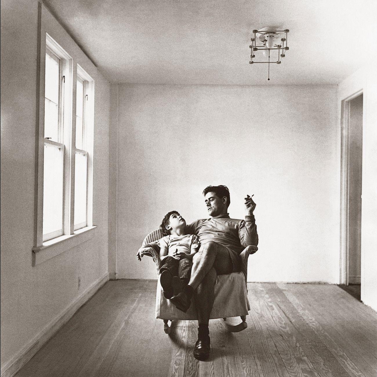 Costantino Nivola con Pietro, East Hampton, estate 1948. Photo Ben Schulz. Courtesy Fondazione Nivola