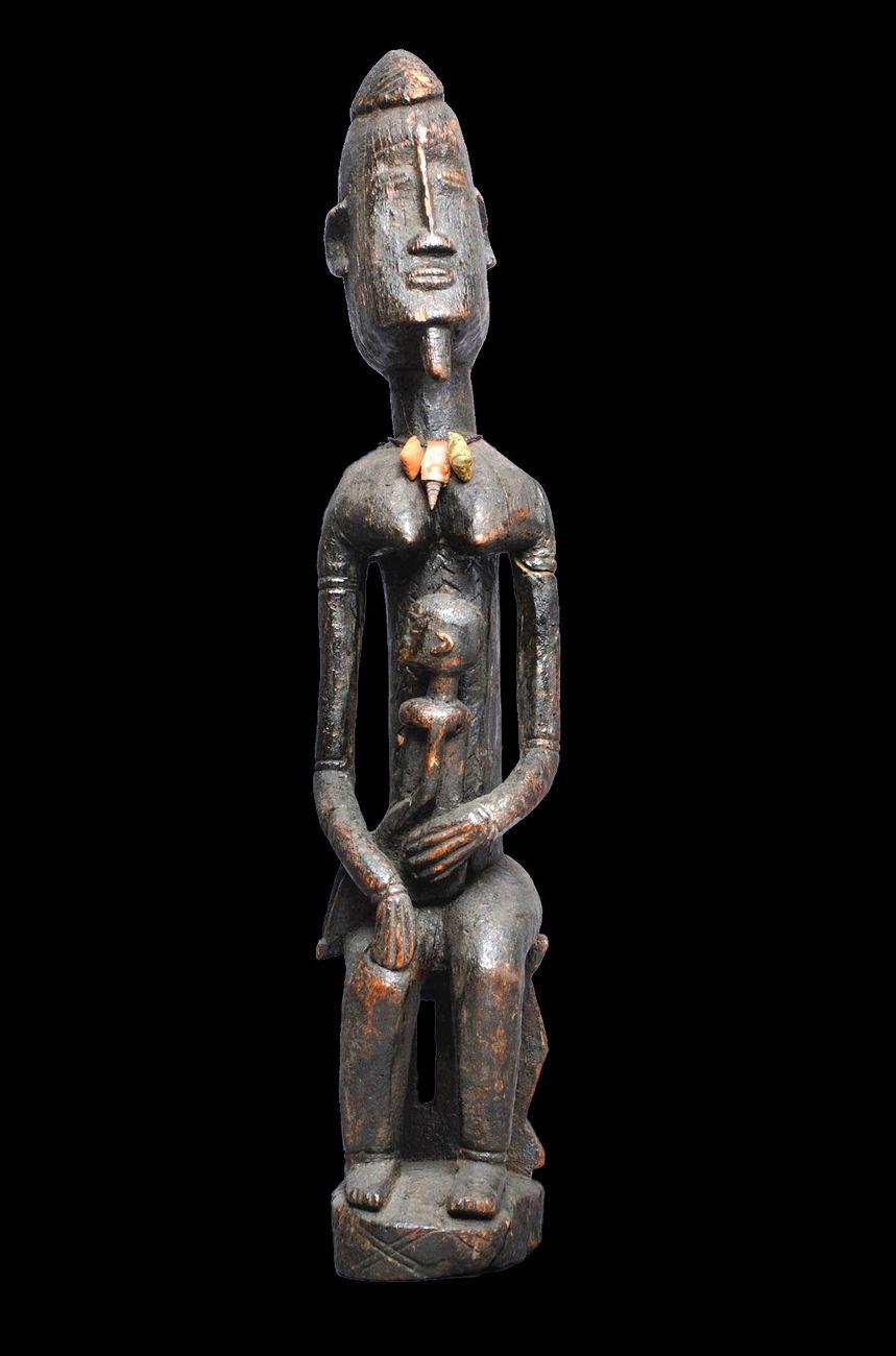 Donna con bimbo, legno, h. 71 cm. Collezione Umberto Knycz