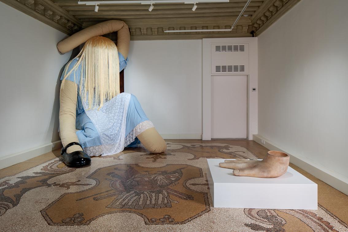 Isao e Stephanie Blake, Drink me. Exhibition view at Palazzo Bonvicini, Venezia 2021. Courtesy Fondation Valmont