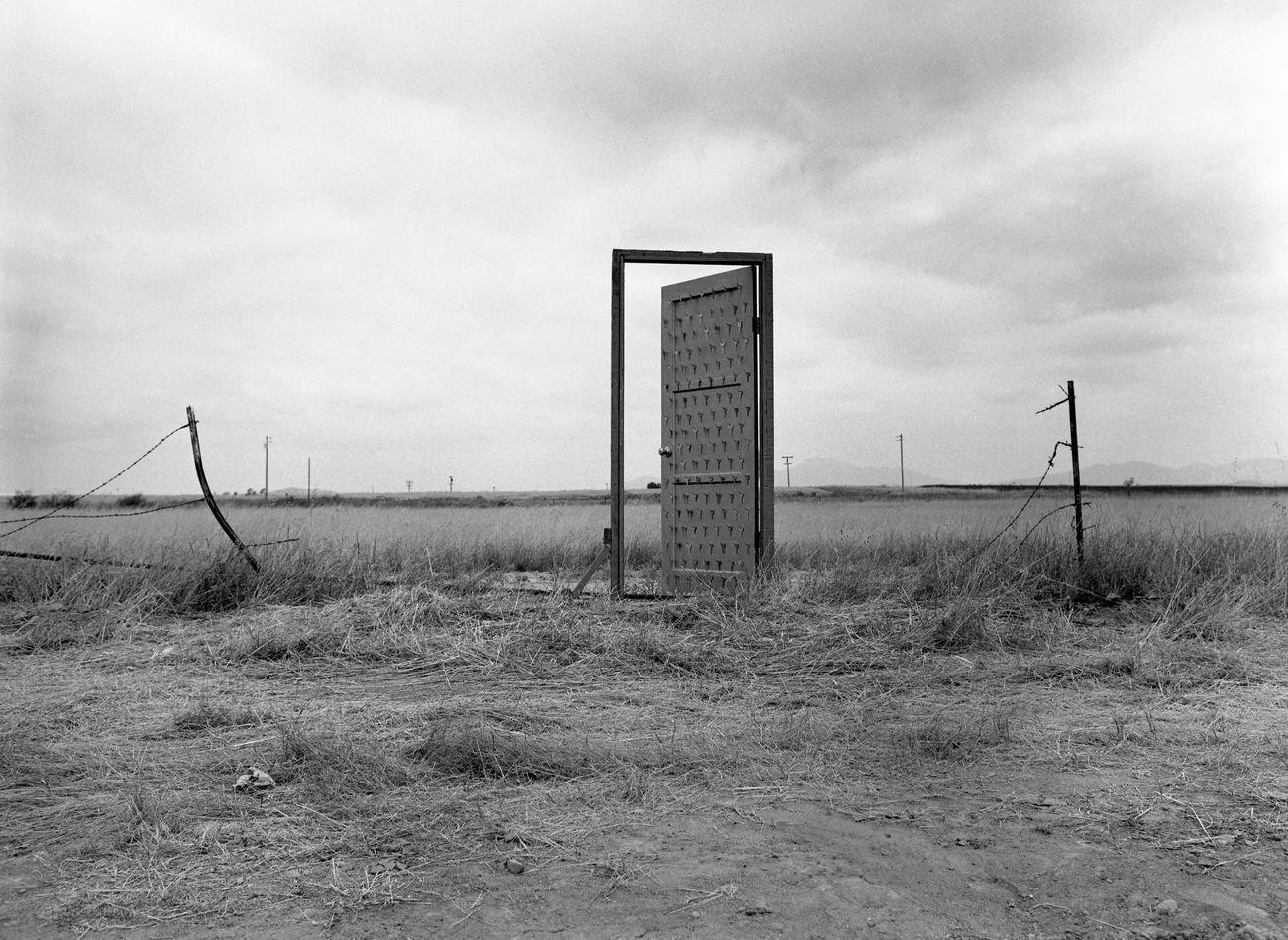 Richard Alexander Lou, The Border Door, 1986, porta in legno e chiavi (San Diego Tijuana). Courtesy l'artista
