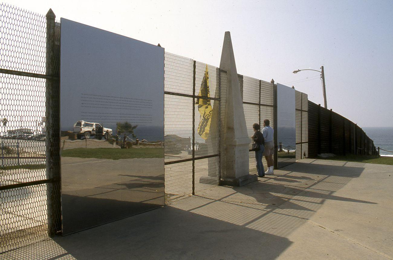 Valeska Soares, Picturing Paradise, 2000, alluminio e specchi (Friendship Park, San Diego Plaja de Tijuana, Tijuana). Courtesy l'artista & Insite05