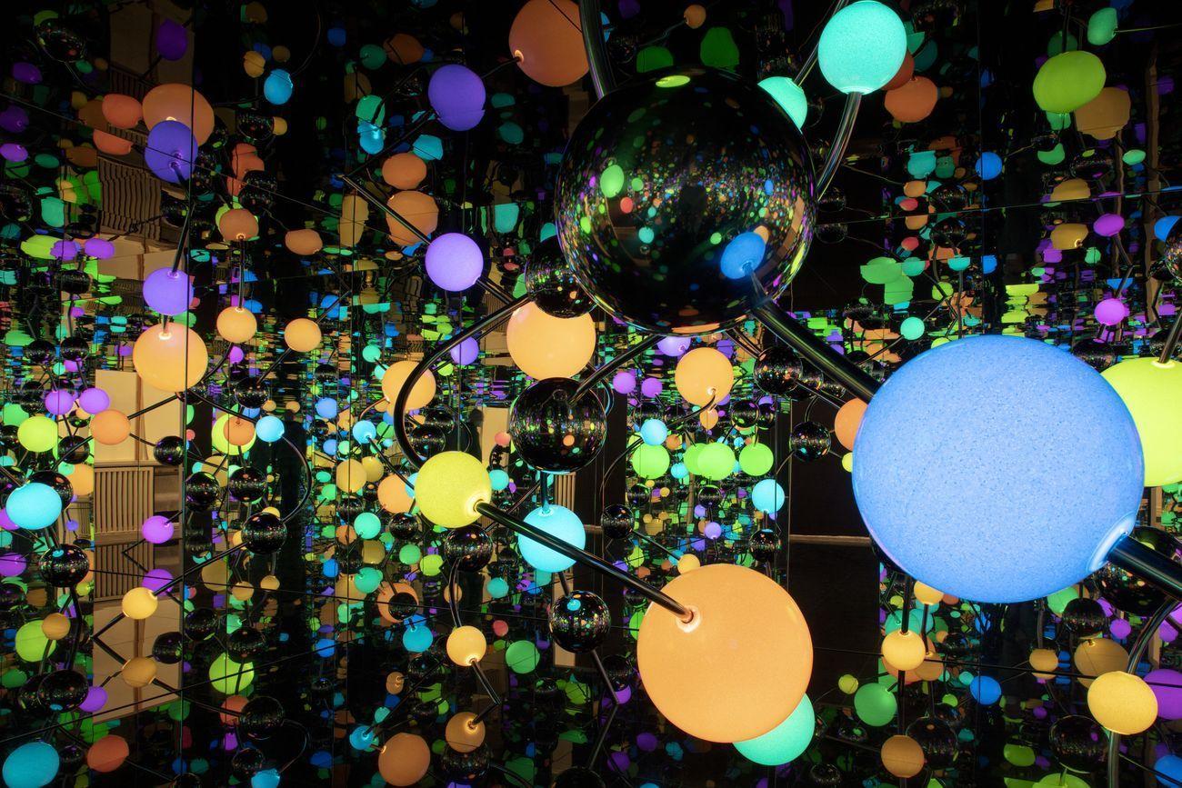 Yayoi Kusama, Infinity Mirror Room – The Eternally Infinite Light of the Universe Illuminating the Quest for Truth. Installation view at Gropius Bau, Berlino 2021. Photo © Luca Girardini