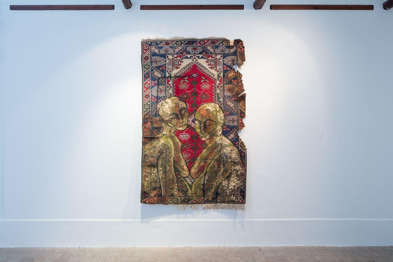 Zehra Doğan, Yekbûn (Unity), 2020, acrilico, carta dorata su tappeto. Courtesy Prometeo Gallery, Milano © gerdastudio