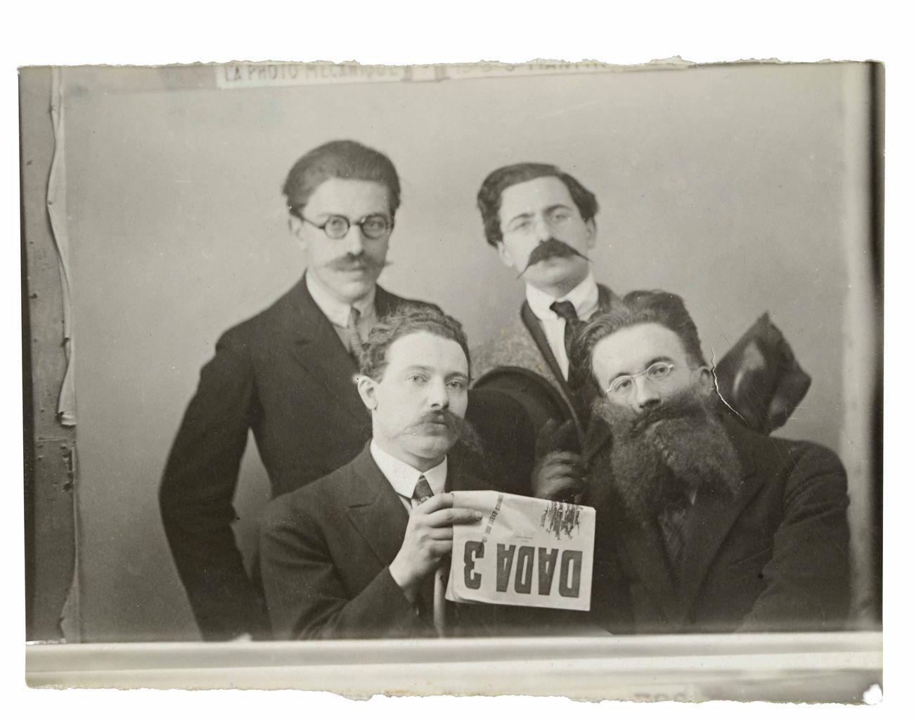 André Breton, René Hilsum, Louis Aragon, Paul Eluard con DADA #3, gennaio 1919 © Paris, Bibliothèque littéraire Jacques Doucet. Cliché Suzanne Nagy