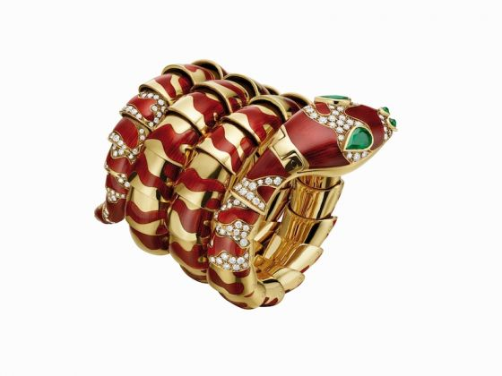 Serpenti bracelet watch in yellow gold with brownish, red enamel, emeralds and diamonds, ca 1970
