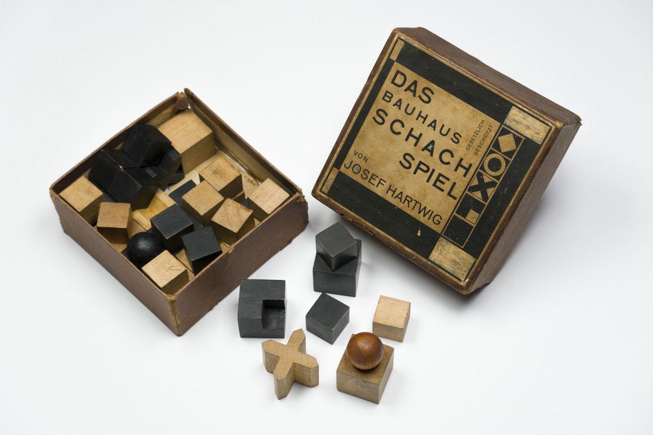 Josef Hartwig, Das Bauhaus Schachspiel, 1923 24, trentadue scacchi di legno, misure variabili. Milano, Collezione Italo Rota