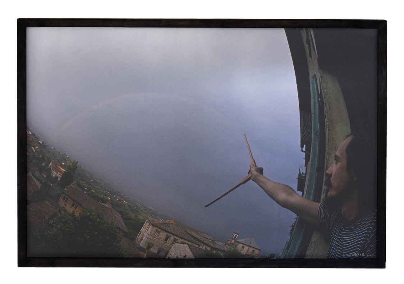 Luca Maria Patella, Madmountain, (con il compasso traccio in cielo un arcobaleno), 1976, autofoto, stampa lambda a colori da diacolor montata su forex © Luca Maria Patella, courtesy Fondazione Morra, Napoli