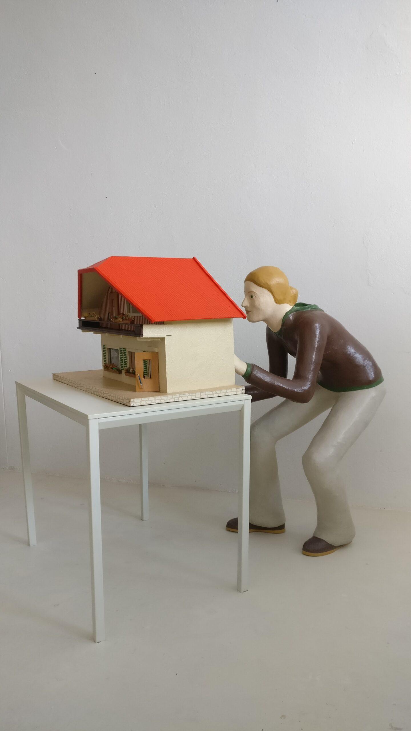 Marie Claire Krell, 1951, 1955, 1983, 2008, 2020, 2020. Installazione. Carta pesta, legno e materiali vari, 140x90x125 cm