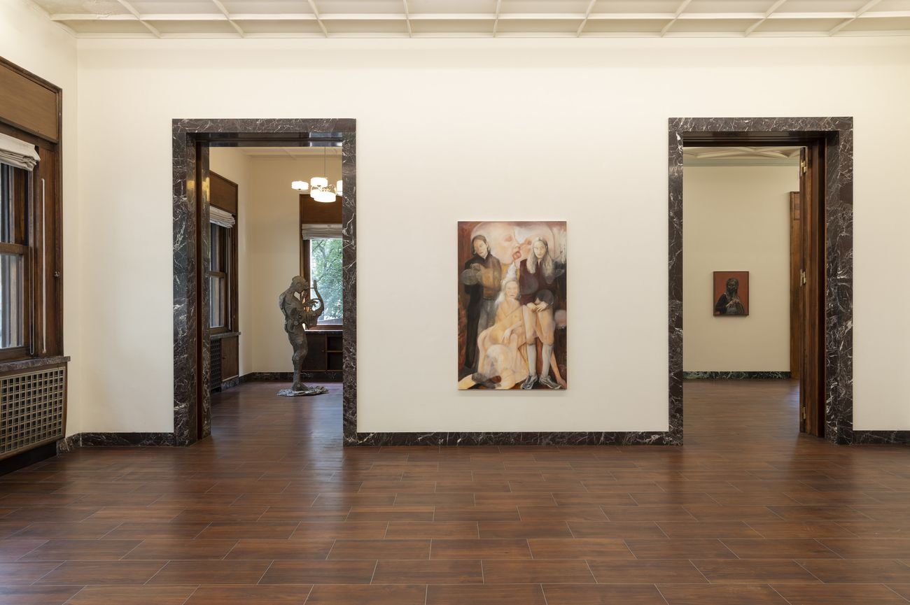 Portraiture One Century Apart. Exhibition view at Massimo De Carlo, Milano 2021. In primo piano, Joanna Woś