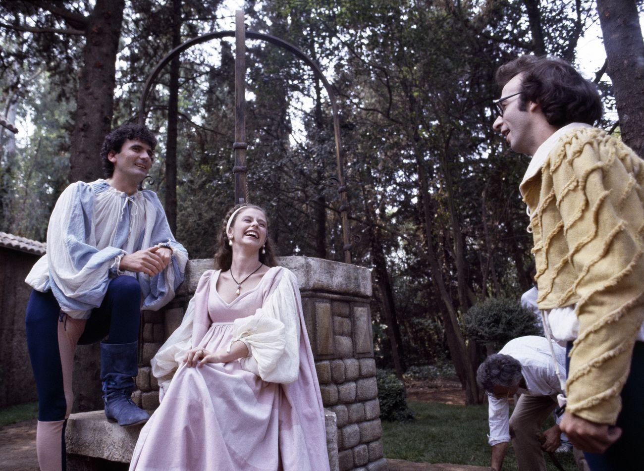 Sul set di Non ci resta che piangere (1984) di Roberto Benigni e Massimo Troisi. Archivio Appetito