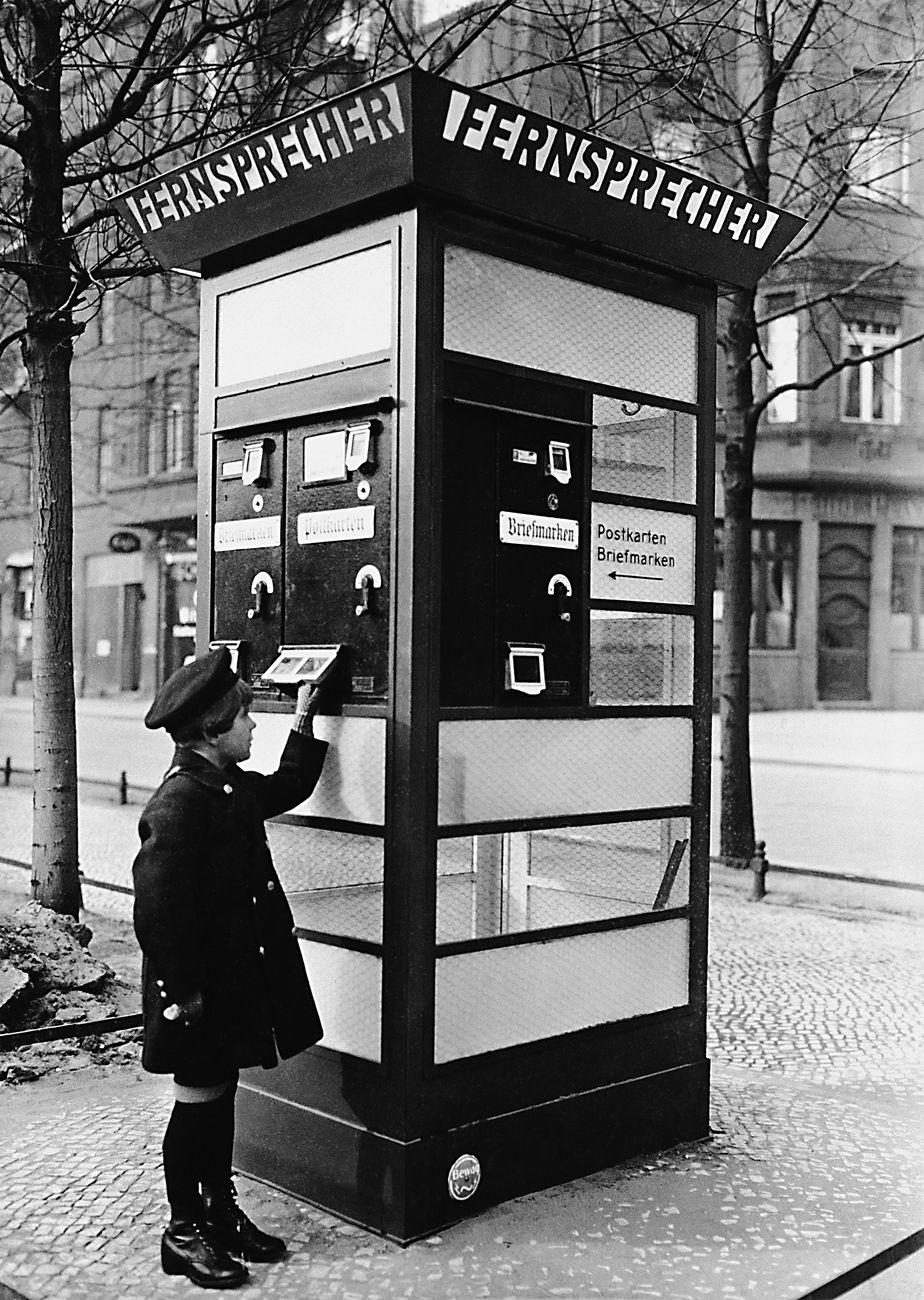 Cabina telefonica con distributore di francobolli e cartoline, Berlino, 1928. Getty Images