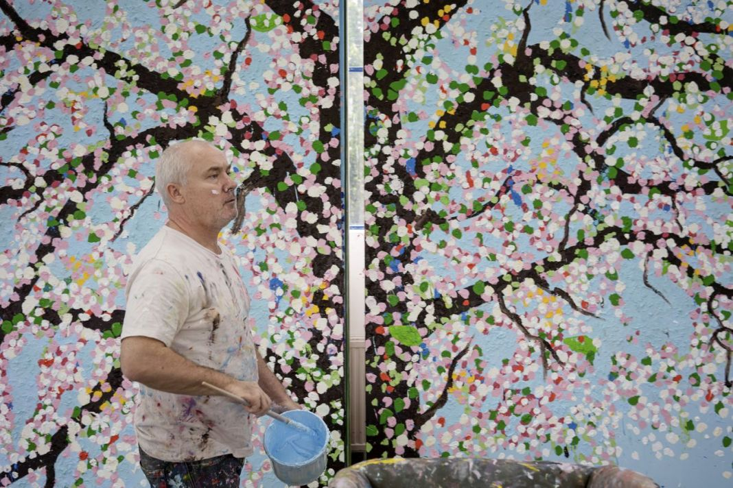 Damien Hirst nel suo studio, 2020 © Damien Hirst and Science Ltd. All rights reserved, DACS 2021. Photo Prudence Cuming Associates