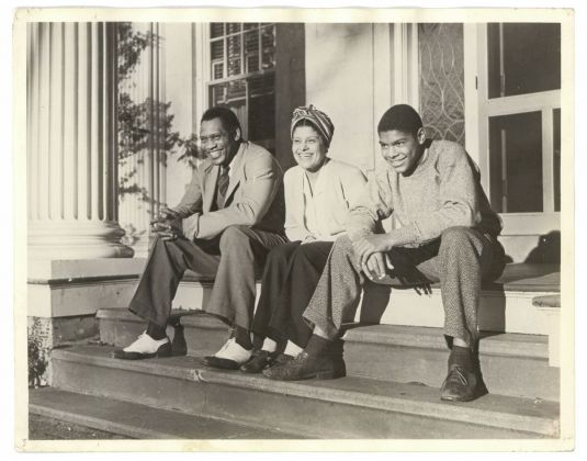 Frank Bauman, Paul and Eslanda Robeson with their son Paul Jr. in front of their home in Enfield, Connecticut, in the early 1940s. © Akademie der Künste, Berlino, Paul-Robeson-Archive