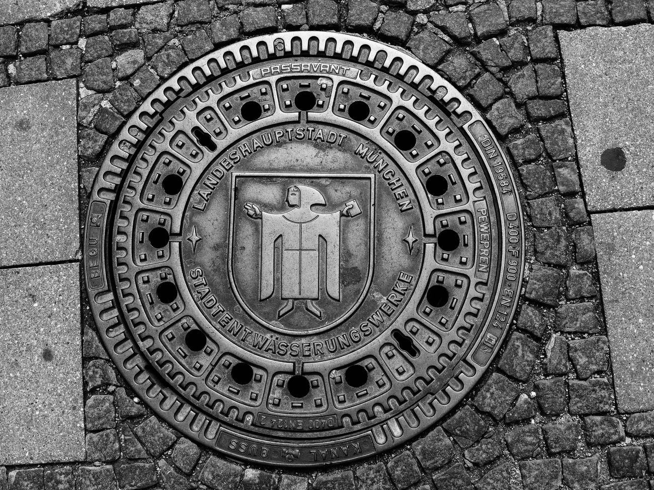 Tombino con stemma e simbolo della città di München. Photo Wikicommons - Daniel Wütschert