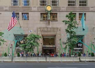 Ajay Suresh from New York, NY, USA - Tiffany and Co Flagship, 5th Ave, Midtown, NYC - fonte Wikipedia - CC BY 2.0