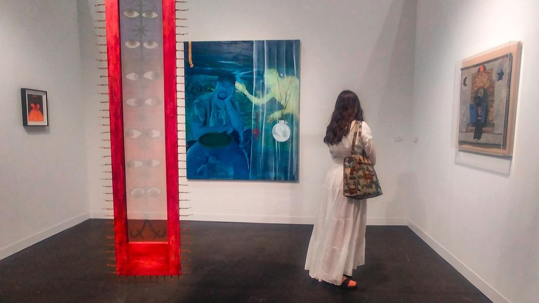 Alcuni lavori di Betye Saar esposti da Roberts Project. Split, di Luisa Rabbia, esposto nel booth della galleria Peter Blum. Photo Maurita Cardone