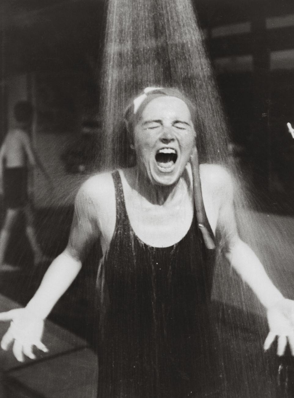 Elisabeth Hase, Senza titolo (Donna sotto la doccia), 1932 33 ca. © Estate of Elisabeth Hase. Courtesy Robert Mann Gallery