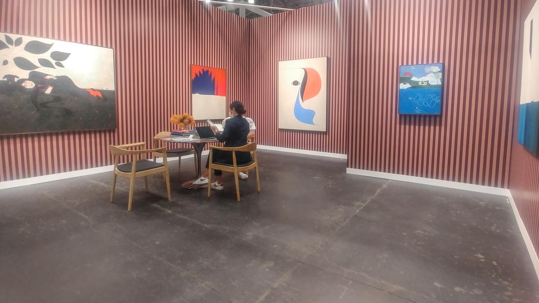 Il booth di Soco con opere di Clare Rojas. Photo Maurita Cardone