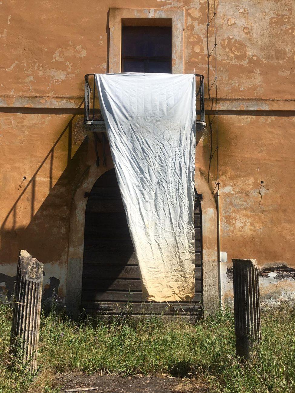 Luca Vitone, tela esposta agli agenti atmosferici a Villa Adriana, presso Palazzina Pirro Ligorio, 2019-21. Photo Giulia Floris per VILLAE