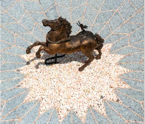 Mario Ceroli, Va, va, corri, corri vecchio John, 1987, bronzo, installazione con ciottoli e mattoni, TENUTA PRESIDENZIALE! DI CASTELPORZIANO